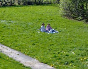 Tryghed i Gellerupparken - et par piger hygger sig