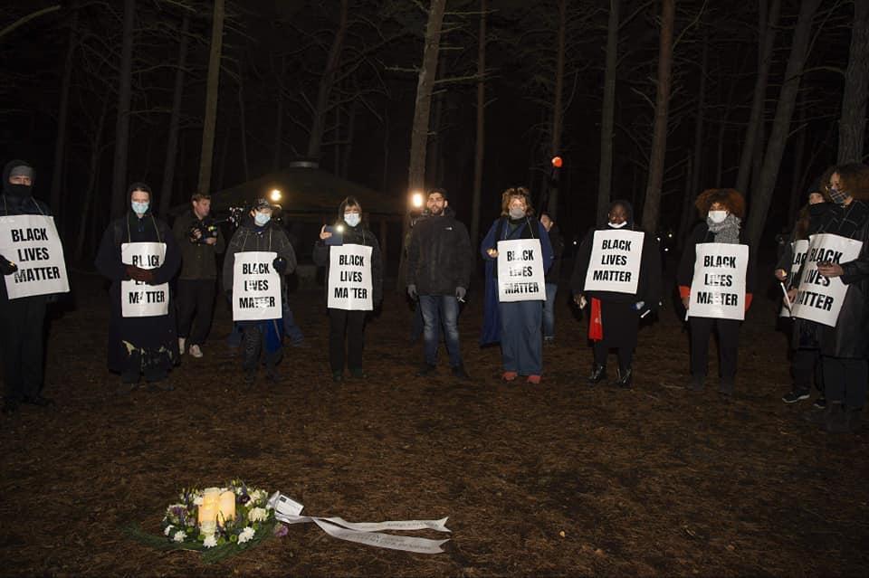 Black Lives Matter holdt sammen med pårørende til Phillip Mbuji Johansen fra København en smuk mindehøjtidelighed på Bornholm onsdag d. 2/12 2020